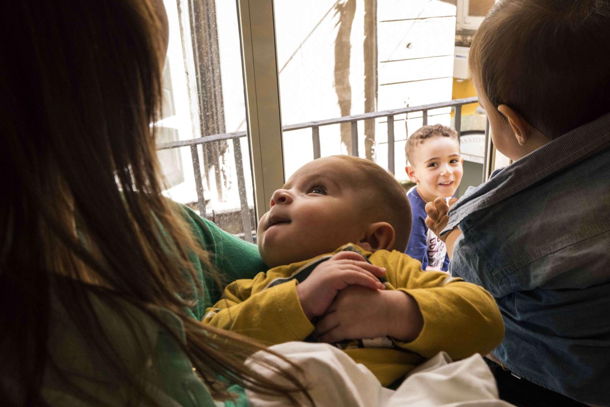 Bambino in braccio a mamma
